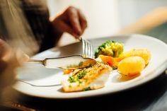 Unsere Küche verwöhnt Sie mit köstlichen Suppen, knackig frischen Salaten, leckeren Tellergerichten und verführerischen Desserts sowie besonderen saisonale Spezialitäten aus nationalen und internationalen Zutaten. Hotel Gast, Restaurant Bar, Breakfast, Desserts, Food, Mediterranean Dishes, Food Dinners, Easy Meals, Recipes