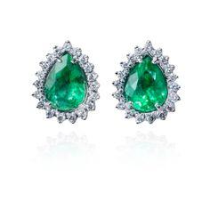 Brincos de esmeraldas com diamantes da MONTECRISTO JOALHERIA, fotografado por Andre Jung.