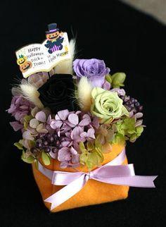 【作品の特徴】 ハロウィン仕様のアレンジメントです。 フェルト製のふんわりとした器に、黒バラをメインにした花材を挿しています。 黒や紫の色使い、ラグラスのもさ... ハンドメイド、手作り、手仕事品の通販・販売・購入ならCreema。