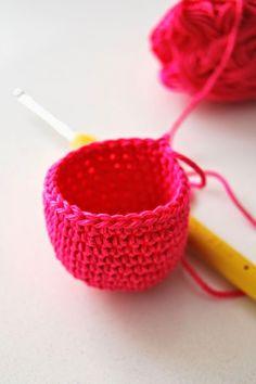 Gratis haakpatroon; mini portemonneetje - Echtstudio Blog Mini, Needlework, Raspberry, Coin Purse, Purses, Knitting, Blog, Straw Bag, Crocheting Patterns