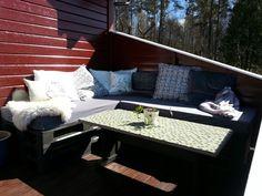 hjemmelaget sofakrok av paller og oppusset bord