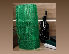 Veja como criar um abajur diferente utilizando garrafas PET. É uma dica de reciclagem que você pode