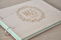 livre d'or mariage bois personnalisé, album de mariage laser livre gravé, personnalisé, invité par IwoodLOVE sur Etsy https://www.etsy.com/fr/listing/273658292/livre-dor-mariage-bois-personnalise
