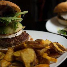 foto @carmencita.bar  Que el queso no falte! #hamburguesa #carmencitabar #condeduquegente #brunchtime #weekendiscoming by condeduquegente