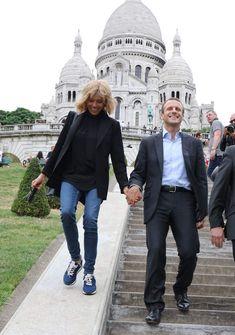 Brigitte Macron relookée et rajeunie par Delphine ArnaultEmmanuel Macron et sa femme Brigitte Trogneux quittent la Maison de la Radio et vont déjeuner à Montmartre le 4 septembre 2016. Brigitte Macron accompagnait son mari Emmanuel Macron à la maison de la radio pour faire une émission à l'invitation de France-Inter. Ensuite, comme à leur habitude ils ont été déjeuner dans leur restaurant préféré Amazing Women, Beautiful Men, Brigitte Macron, Judi Dench, Emmanuel Macron, Delphine, Casual Chic Style, Aging Gracefully, Hats For Women