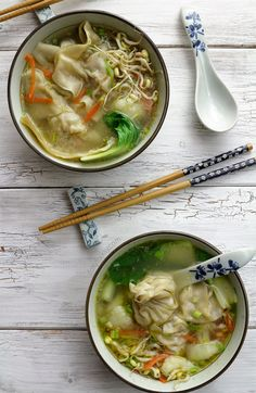 Try this wonton soup easy recipe. Classic Chinese dumplings filled with minced pork and shrimps and soup loaded with vegetables to keep you fit and warm! Appetizer Dishes, Appetizer Recipes, Soup Recipes, Whole Food Recipes, Healthy Recipes, Healthy Eats, Appetizers, Chinese Dumpling Soup, Dumplings For Soup