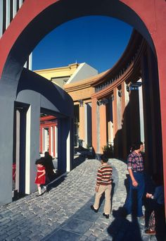 Designed in the Piazza d'Italia was built to honor the Italian American community in New Orleans. It was done in collaboration with Arthur Andersson, Steven Bingler, Allen Eskew, Ronald Filson and Malcolm Heard. Image Courtesy of Metropolis Magazine Autocad, Metropolis Magazine, Photography Collage, New Orleans Louisiana, Postmodernism, Modern Architecture, House Styles, Gallery, Post Modern