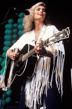 Emmylou Harris' Bohemian Look Has Never Gone Out Of Style (PHOTOS) / 1992