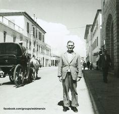 Mersine dair güzel bir fotoğraf daha 1960 lar ..Atatürk caddesi sağdaki kesme taşlı giriş günümüzdeki Büyükşehir belediye binası girişi sağ ilerisinde ise Tüccar kulubü günümüzde yıkılarak yerine m.t.s.o binası yapıldı ve soldaki yapı ise Gemi acenta binası burasıda yıkılarak günümüzdeki Mersin çarşısı yapıldı..