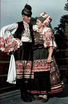 Matyo Hungarian Folk Dresses Matyo folk art, its strikingly unique, wonderfully colorful embroidery and motifs, Read Art Costume, Folk Costume, Costume Dress, Traditional Fashion, Traditional Dresses, Costumes Around The World, Hungarian Embroidery, Folk Dance, Folk Fashion