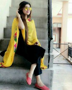 simple yet beautiful😍 Kurti Designs Party Wear, Kurta Designs, Blouse Designs, Dress Designs, Pakistani Dresses, Indian Dresses, Indian Outfits, Suit Fashion, Girl Fashion