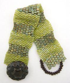 Easy peyote bracelet using 2-drop peyote and cubes. #Seed #Bead #Tutorial