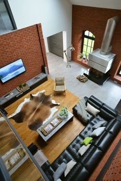 Salon z wysokim sufitem, otwarty salon, duży salon, styl industrialny, ściany z cegieł, cegła we wnętrzu. Zobacz więcej na: https://www.homify.pl/katalogi-inspiracji/32128/wysoki-sufit-6-przykladow-z-efektem-wow