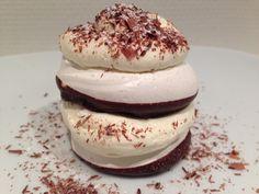 Små marengslagkager med lakrids og chokolade - Kombinationen af lakrids og chokolade er helt unik. Bag bundene, opbevar dem i en kagedåse og lav hurtigt en lille lækker lagkage