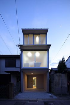 Completed in 2014 in Kyoto, Japan. Images by Kei Sugino . The current wooden house system based on bearing wall calculation hardly fits in with the 'eel's bed' or the elongated housing lots typical of Kyoto,...