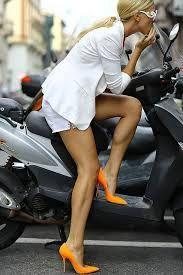 Resultado de imagen para piernas de mujer con jean y zapatos