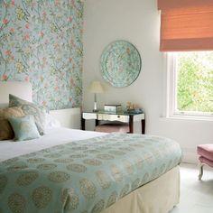 Un  dormitorio decorado con colores frescos ideales para la primavera y el verano.