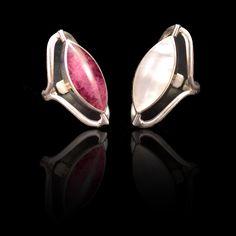 Elegante Verstelbare Ring van Zilver 950. Deze ring is draaibaar, aan een kant heeft een prachtige spondylus halfedelsteen en aan de andere kant een witte nacar.  Lengte 3,5 cm Gewicht: 9 g. www.dczilverjuwelier.nl