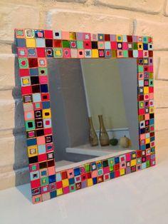 Lustro malowane farbami akrylowymi i witrażowymi, uzupełnione konturem. Wymiary 30x30cm. Isnieje możliwośc wykonania otworu w lustrze w celu jego zawieszenia lub doklejenia z tyłu lustra zawieszek.