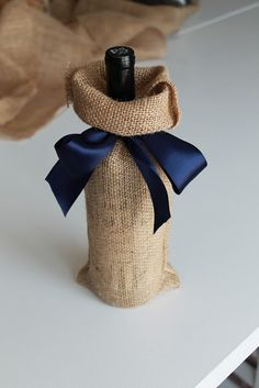 Jane's Girl Designs: Five Minute Burlap Wine Bag bottle crafts with burlap Wine Bottle Gift, Wine Bottle Covers, Wine Bottle Crafts, Wine Gifts, Wine Bottle Wrapping, Bottle Bag, Wrapped Wine Bottles, Wine Craft, Creative Gift Wrapping