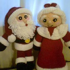 Sra. Claus y Santa Amigurumi - Patrón en PDF Gratis en Español aquí: http://novedadesjenpoali.blogspot.com.es/2012/12/pareja-de-sra-claus-y-santa.html