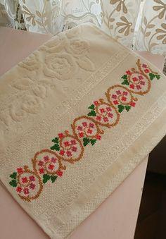 Cross Stitch Art, Cross Stitch Borders, Cross Stitch Patterns, Hand Embroidery Design Patterns, Diy And Crafts, Towel, Cross Stitch Owl, Cross Stitch Rose, Bath Linens