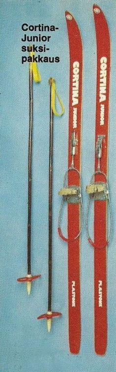 """""""Korkealuokkaiset sälesukset, ruokosauvat ja hienot säädettävät kantasiteet. Suksissa kulumaton Plastone-pohjakäsittely. Ei tervausta eikä voitelua."""" - Anttilan kuvastosta 1974 (70-luvulta, päivää ! -blogi)"""