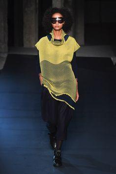Issey Miyake | Ready-to-Wear - Autumn 2018 | Look 22 Issey Miyake, International Fashion, Japanese Fashion, Couture Fashion, Fashion Brands, Knitwear, Ready To Wear, Fashion Outfits, Fashion Ideas