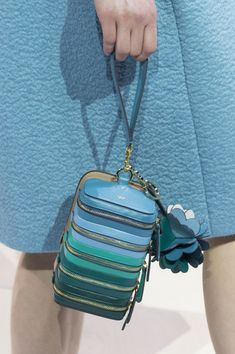 Anya Hindmarch at London Fashion Week Fall 2017 Anya Hindmarch at London Fashion Week Fall 2017 - Details Runway Photos Hermes Handbags, Burberry Handbags, My Bags, Purses And Bags, Creative Bag, Bags 2017, Anya Hindmarch, Beautiful Bags, Handbag Accessories