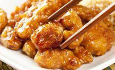¿Tienes invitados a cenar y quieres sorprenderlos con una receta elegante y deliciosa? Te sugerimos preparar esta exquisita receta de pollo a la naranja que es muy fácil de hacer y que, además, luce muy bien! Se trata de unos cubos de pechuga de pollo frita acompañados por una salsa