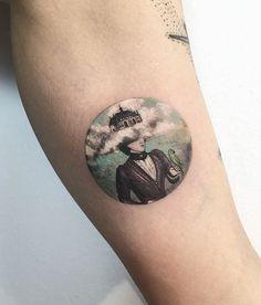 Eva Krbdk è una tatuatrice di Istanbul. I suoi lavori consistono in tatuaggi in miniatura in piccoli cerchi.