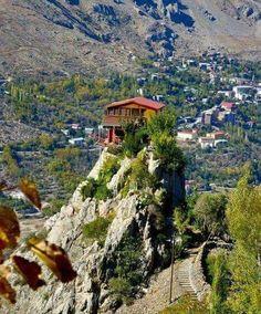 Burası Erzincan Kemaliye, ilçede aileye arazi vermemişler onlarda bu kayaya ev yapmışlar..
