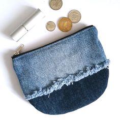 Bolsa del dril de algodón reciclado. Monedero del dril de por jool Denim Tote Bags, Denim Handbags, Denim Purse, Leather Bags Handmade, Handmade Bags, Handmade Bracelets, Recycled Denim, Recycled Leather, Diy Bags Purses