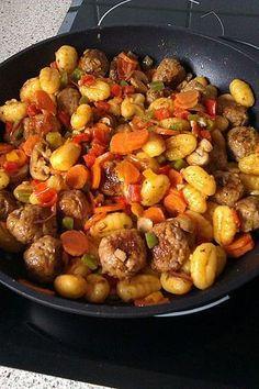 Gnocchi Sausage and Vegetable Dish Bratwurst/Sausage Gnocchi Mixed Vegetables Lecker Hamburger Meat Recipes, Sausage Recipes, Casserole Recipes, Pasta Recipes, Chicken Recipes, Hamburger Casserole, Gnocchi Sausage, Easy Dinner Recipes, Easy Meals