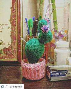 rika_whitewing:: Долой разбросанные по всей комнате иголки!  #Repost @ami.from.ri with @repostapp  Не только колючая милость но и очень полезная вещь  #кактус #cactus #игольница #шитье #вязание #amigurumi #амигуруми #ручнаяработа #handmade #ami_from_ri
