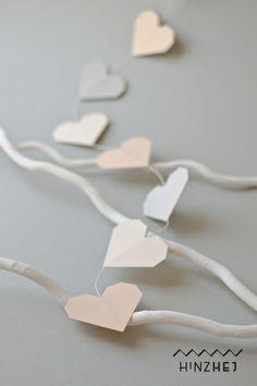 20 zart-farbige Herzen aufgereiht zu einer Girlande. Die Girlande ist zur senkrechten Anbringung gedacht.  Mit der Girlande lassen sich Feiern wie ...