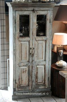 Oud vitrinekastje - kasten - http://www.koektrommel.nl/de-koektrommel-landelijke-kasten/oud-vitrinekastje.html