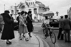 Fotografía de la vida cotidiana en la Ciudad de México en los años 40's cruces de las calles de Av. Juarez y San Juan de Letran, hoy Eje Central. El vestir elegante de las mujeres de la epoca de 40's