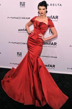 Crystal Renn fue una de las más elegantes de los amfAR con este espectacular vestido de corte sirena firmado por Zac Possen.