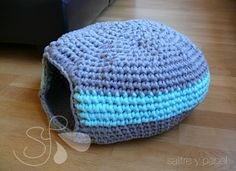 Cama para el gato.Patron gratis Cotton Cord, Knit Crochet, Crochet Hats, Animal Projects, Dog Sweaters, T Shirt Yarn, Diy Stuffed Animals, Crochet Animals, Pet Accessories
