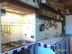 A Bajardo, in our beautiful hinterland This village is a little gem nestled in the Maritime Alps at 40-minute drive from the sea of Sanremo, rich in olive groves, vineyards, chestnut groves and woods. We offer you a nice apartment renovated, respecting the characteristics of the house, such as the ceilings with exposed beams and paneling that protects the inner tube and the insulation. This arrangement with the old stone walls plastered with exposed chestnut sand and double glaze...