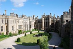 Arundel Castle: Inner courtyard view on the way to the keep