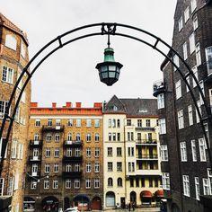 The city is even brighter in a gloomy weather  Я вот заметила что в пасмурную погоду город становится ярче а цвета глубже  #thisisgu #thisisgbg #goteborgcom #mittgöteborg #architecture #Sweden #scandinavia #швеция #весна #spring #city by pomeltsova