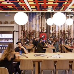 LUNAR Italienisches Pendel mit Opalkugel. Das universelle Design der Kugel-Lampe in modernem Interieur.