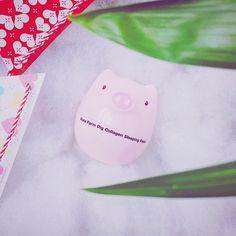 Pure Farm Pig Collagen Sleeping Pack Giá: 250k  Pure Farm Pig Collagen Sleeping Pack là sản phẩm mặt nạ ngủ có tác dụng cung cấp Collagen cho da làm tăng độ đàn hồi và ngăn ngừa lão hóa đem đến cho bạn làn da trẻ trung và sáng mịn. Sản phẩm có kết cấu kem dạng thạch vô cùng mềm mịn sẽ ngay lập tức gây ấn tượng cho bạn nhờ khả năng thấm thấu nhanh vào da mà không gây nhờn dính hay tạo cảm giác khó chịu.  Nhờ thành phần từ thảo mộc thiên nhiên mà Pure Farm Pig Collagen Sleeping Pack có tác…