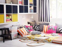 Salle de jeu confortable meublée de matelas en mousse polyuréthane et d'armoires murales EXPEDIT