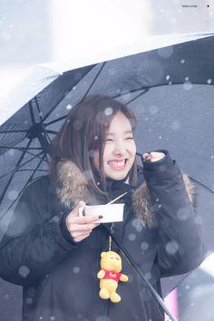 RT @whiteclover0922: 161126 미니팬미팅) 눈 오는 날 너의 눈이 너무 예뻐서 #나연 #nayeon #트와이스 #TWICE https://t.co/pbzeTrLSz7