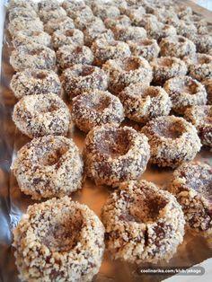 Istinski ljubitelji lešnika, bice oduševljeni ukusom ovih nepečenih, sitnih kolačića! Tako se lako pripremaju a budu tako lepi i dekorativni...Idealni su za svečane prilike jer mogu da se pripreme nekoliko dana ranije.... ;))
