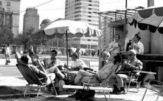 """Marszałkowska/ Świętokrzyska 1970 Na planie filmu """"Hydrozagadka""""  #warszawa #warsaw #street #marszalkowska #swietokrzyska #srodmiescie #centrum #miasto #ulica #lody #parasol #lato"""