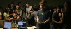 film-the_social_network-2010-mark_zuckerberg-jesse_eisenberg-tshirts-ars_nova_shirt.jpg (1280×534)